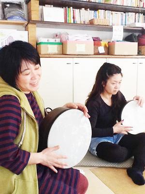 初心者向けフレームドラム教室を横浜・鎌倉・町田で開催しています。リズム感をアップするエクササイズも取り入れています。講師なかもとまさお(Flow Naturally)