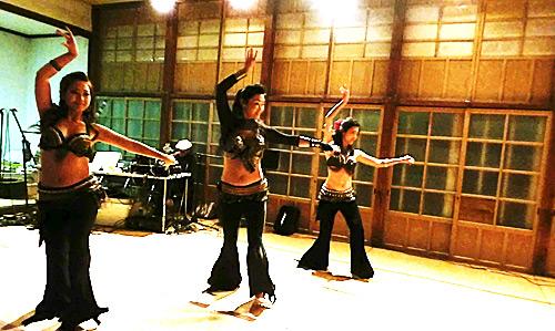 tomoko、Fumina & Yukiによるフュージョントライバルベリーダンス。2013年葉山ほしはなフェスにて。
