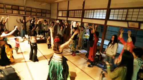 大人もこどももみんなで踊ろうWaka Waka。Flow Naturallyによる簡単ベリーダンスワークショップ。