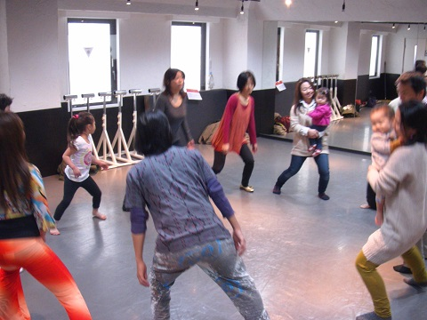 STOMPみたいに、ステップやクラップでリズムワーク。毎月横浜で開催している大人の楽器部