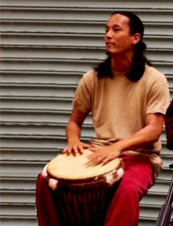 なかもと まさお masao nakamoto、カリンバ・ギター・パーカッションを演奏するマルチ・インストゥルメンタリスト。tacto rusticoとして世界各地に伝わる音楽にインスパイアされた作品作りをしている。
